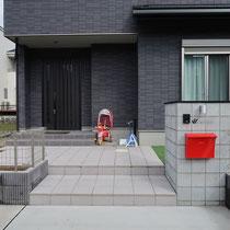 モノトーンの素材で作られたエクステリア、真っ赤なポストはプランの初回から提案していた家のシンボルです。