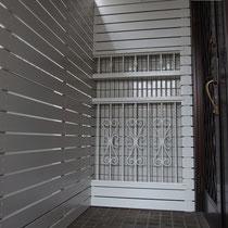 階段を上がった突き当りにはロートアイアンとフェンスの融合したパネルを設置。あえて目立ちすぎないように同色の落ち着いたホワイトで仕上げました。