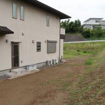 施工前、土の状態で雑草が伸びてくるお庭でした。