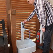 デッキの外にあった立水栓を新規取替し移設。デッキの中から使えるようロングタイプの水栓と水受けですっきりしました。