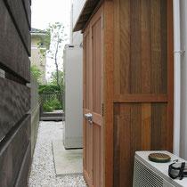 お庭の脇道ですが、全体の統一感を崩さないよう木製の収納庫が設置されました。
