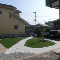 完成した全景のお庭、奥にある水栓に向かって石貼りが広がります。