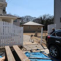 事前に工場で作成してきた柱やフェンスパネルを組み立てていきます。