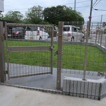 ブロックを加工し、メッシュフェンスの開口部を設置しました。出入り部分はコンクリートなので足が汚れにくいです。