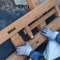 事前に準備してきた材料を、現地で組み立てながら頑丈に作成します。