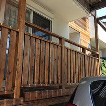 一階のフェンスは中面と外面の両方をメンテナンス処置。仕上げ後にお客様によるオイルステイン(クリア)を施しました。