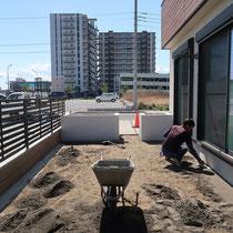 人工芝を奇麗に敷き詰めるために、下地の最後には川砂で水平(水勾配)を取りました。