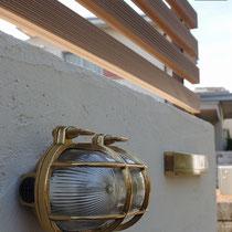 真鍮ライトと真鍮表札が、上質なナチュラルテイスト感を演出してくれます。