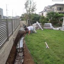 掘削後、鉄筋を入れたコンクリート基礎を打設中。