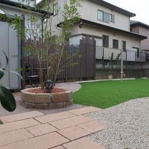 完成したお庭、雑草のお手入れを最小限にした、砂利敷と人工芝を中心としたワンちゃん広場のお庭です。