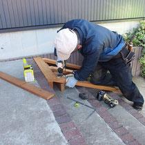 大工さんによる現場施工、木材はイタウバです。