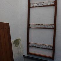 まずは壁面の下地柱を探して、木製門扉の木枠を固定。ボンドで扉を枠材に接着します。