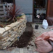 施工前、土壌改良から花壇作りはスタートします。