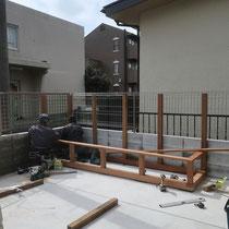 プランターとフェンスの柱は一体化させて強度を出します。