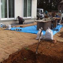 地盤の悪いお庭、大きな石ころや粘土質の土壌で家庭菜園を楽しむには不向きな状態です。