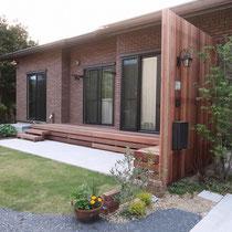 玄関前の門塀を兼ねるスクリーンフェンス、裏面には寛ぎやすいウッドデッキがついてお部屋からの景観も解放感がでます。