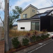 施工前、広いお庭は遠くからでもよく見え、いつもリビングルームはカーテンを閉めています。