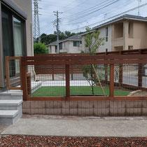 完成後、駐車場から出入りできる木製門扉のお陰で、お庭の活用性が格段に良くなりました。隣地側には目線を隠す目隠しフェンスでプライバシーを確保。
