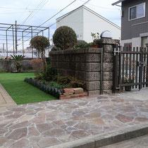 after、アプローチの石貼りと奥につながる人工芝の相性は、とても良いです。