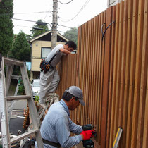 フェンスは予め作業場で作成し、現場で組み立てていきます。電気工事も同時に作業しました。