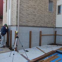 柱の設置にはアングル金物で固定したり、埋め込んでコンクリートで固定したり。細かなホゾ加工で見た目以上にしっかりしています。