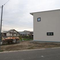 工事着工前、シンプルナチュラルな住まい、エントランスは家の裏側になります。