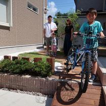 自転車で庭に乗りいれ物置に格納できる、お手入れを最小限に絞ったナチュラルガーデンの完成です。