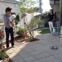 南側のお庭の完成写真、日差しがよく当たり道路に面した横長のお庭です。お手入れを最小限にしたナチュラルガーデン。