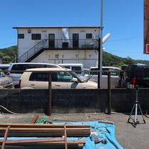 既存の丸柱を利用して、横板のフェンスを施工します。