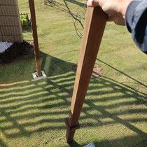 コンパクトにドックランを作るための脱着柱、ハードウッドにフックをつけて樹脂ネットを取り付けます。