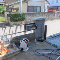 施工前、フェンスに一体化されたポストはぐらつきと蓋の破損で交換が必要と思われました。石の塀もぐらつき危険な状態です。