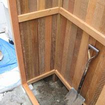 基礎は前足は束石による設置。後は柱を埋め込んでコンクリートで固定します。