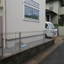 施工前は建物周りの定番、雑草防止シートと砂利敷、リーズナブルなフェンスでした。