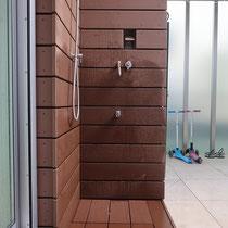 隙間10mmで人工木のフェンスを貼ります。水栓は新たにシャワーを増設、スイッチ部分は開口を設けて操作できるようにしました。