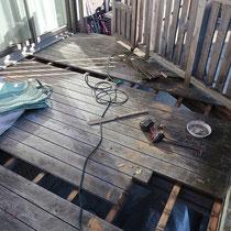 フェンスの陰になる床板の一部がフカフカして軽度の腐食が見られました。床板の張替えも実施します。