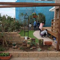 木製パーゴラが、写真のフレームのように見え、絵になるお庭が完成しました。