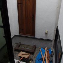壁面に用意してきた木製扉がつきました。施工する場所が一坪の庭なので、商品も道具も順番に出し入れしないと作業スペースがなくなってしまいます。