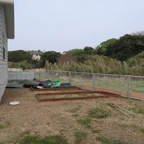家庭菜園はハードウッドで枠をつくり、周囲の砂利と見切りをします。