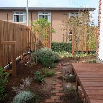 完成後、お庭の背景となる縦張りのウッドフェンス。目線と風をさえぎり、植物やガーデンファニチャーも飾りやすくなります、