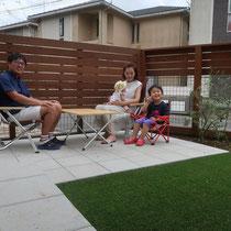 完成後に記念撮影をお願いしました。限られた面積のお庭がスッキリとして使いやすく、安全に子供が遊べる空間になりましたね。