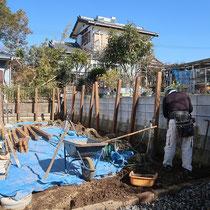埋込柱によるフェンスの施工、まずは掘削して残土を整地します。