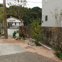 奥庭に続く通路にも、隣地側には成長の遅く目隠し効果を兼ねる、手入れが少ない植栽を配置します。