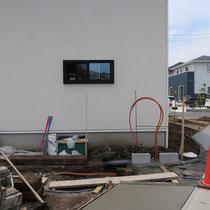 門回り施工中。駐車場とアプローチを兼ねるレンガ舗装は、ランニングボンドで縦長に配置していきます。