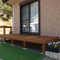 新居側のウッドデッキが完成、腰掛フェンスが付いた横長デッキです。