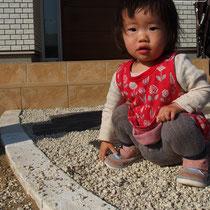 砂利遊びは楽しいね~。砂利が飛び散らないようご提案、現在検討中。