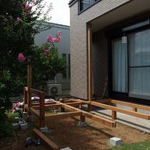 大引きを組立中、高さだけは現場で測量しながら柱材を切断します。