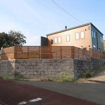道路からみたウッドフェンス、段差のあるブロック塀の上にぐるっと覆うようフェンスが付きました。