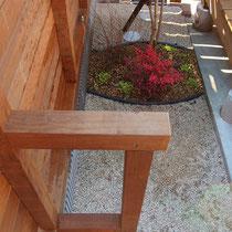 植栽帯にはガーデンエッジで砂利が入らないようカバ―。背の高い目隠しフェンスは控え構造が必要です。