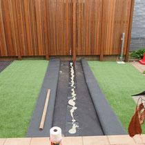 人工芝の連結部分は、継ぎ目が目立ちにくく剥がれないよう裏目により接着します。
