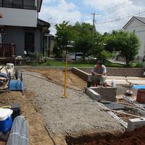 石貼り施工前、土を残土処分して砕石を敷きこんでから基礎を作るところ。炎天下で熱中症に注意でした。